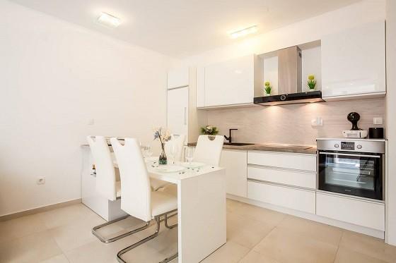 Полностью оборудованная кухня с необходимыми кухонными принадлежностями