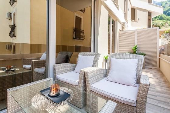 Уличная мебель на террасе квартир в Черногории